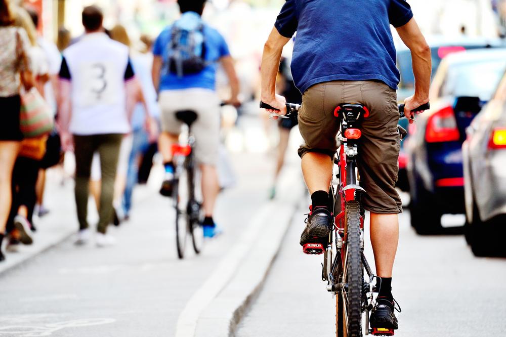 Ciclista pedalando pela cidade