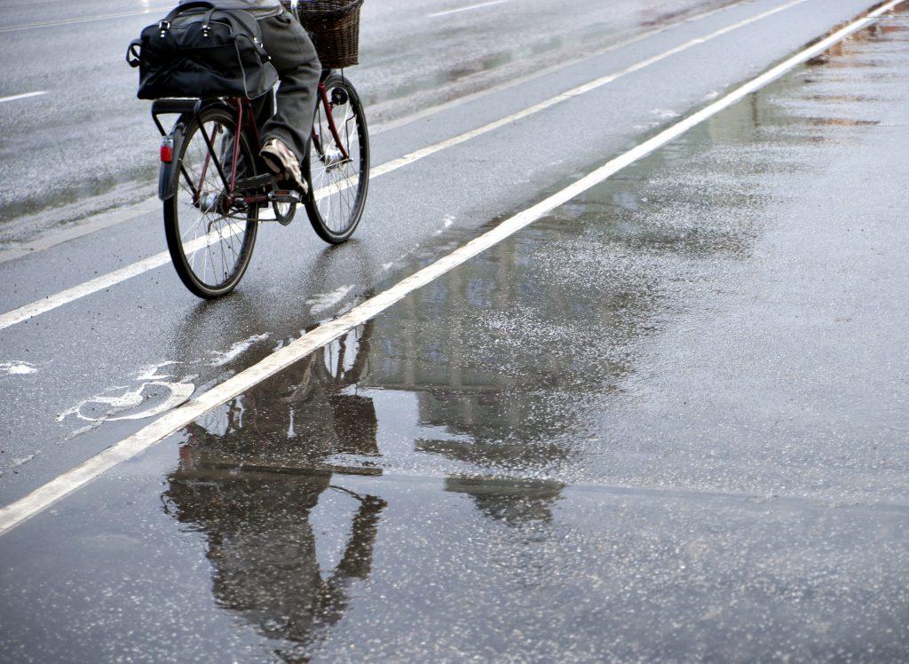 Ciclista passa por pista molhada