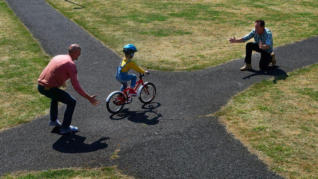 como ensinar crianças a pedalar