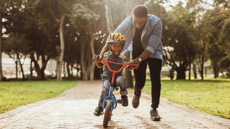 ensinando uma criança a pedalar