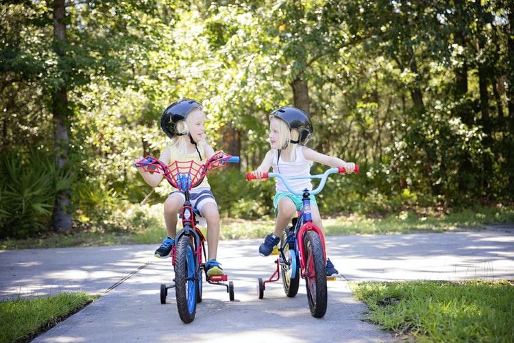 como ensinar uma criança a pedalar