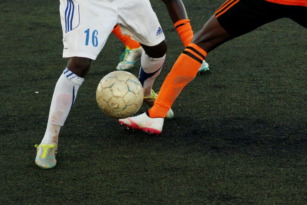 Jogar futebol é exemplo de atividade boa para cross-training de ciclistas