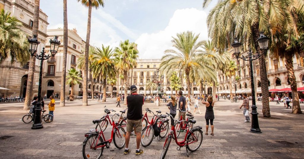Barcelona é uma das sugestões de cidade para visitar de bike