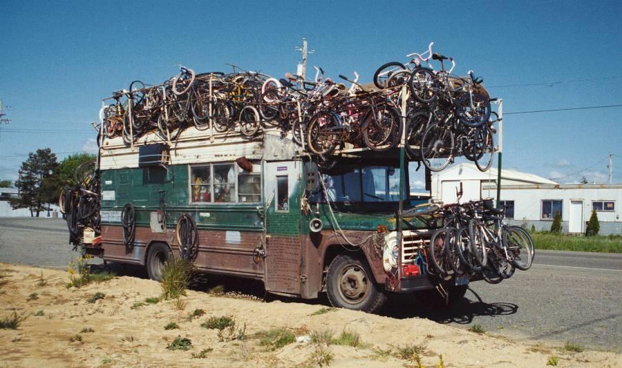 Viajar de ônibus é uma alternativa a levar a bike no avião