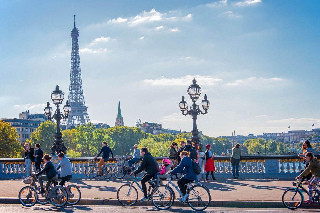 Paris é uma das sugestões de cidade para visitar de bike